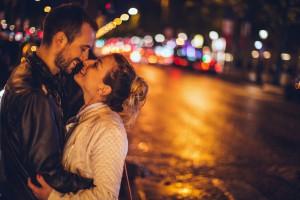 Bei diesem Date hat es offensichtlich gefunkt: Aber wer spricht jetzt zu später Stunde das Thema Sex an? Foto: djd/secret.de/Getty